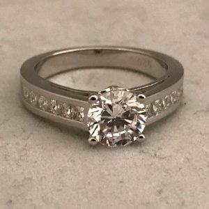 Zilveren ring met grove steen en kleine zirkonia's